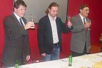 Na zdar koalice si připíjeli (zleva) Miroslav Sládek (ODS), Ondřej Veselý (ČSSD) a Vojtěch Bubník (VPM). Po 159 dnech ODS smlouvu vypověděla.