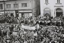 Shromáždění 27. listopadu 1989 na píseckém náměstí.