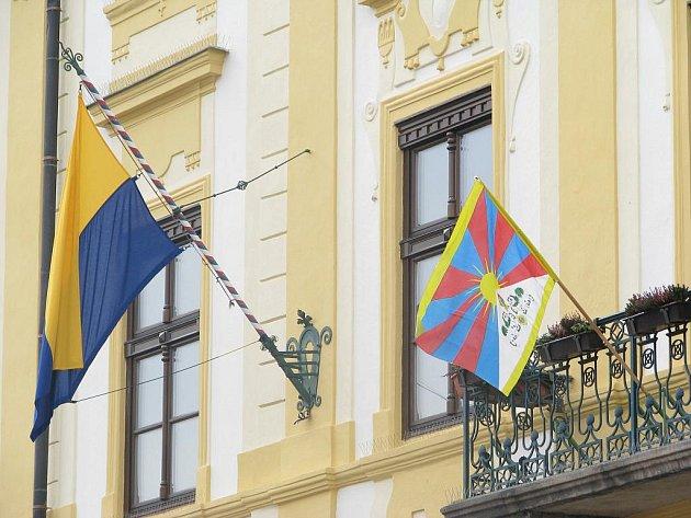 Vlajka Tibetu na budově písecké radnice.