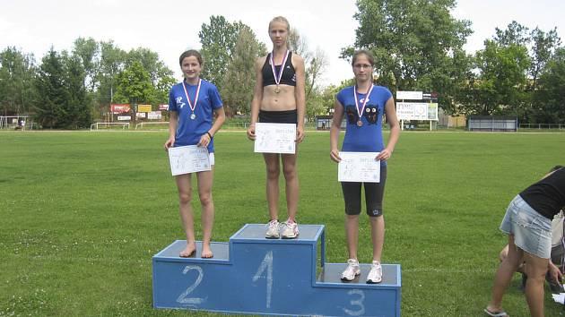 Na nejvyšším stupínku je milevská závodnice Adéla Záhorová za vítězství ve skoku dalekém.