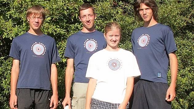 v kategorii Junior Open písečtí hráči (na snímku zleva) Gabriel Shanahan, Tomáš Němeček a Jiří Boček, v popředí je hráčka Lenka Valentová.