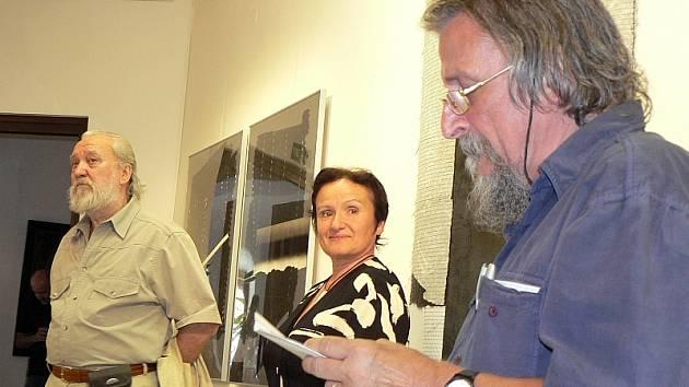 VERNISÁŽ.  Šité koláže představuje v Prácheňském muzeu  v Písku výtvarník Josef Hampl (vlevo). Na snímku z vernisáže je  s kurátorkou výstavy Irenou Mašíkovou a publicistou Jiřím Tichým.