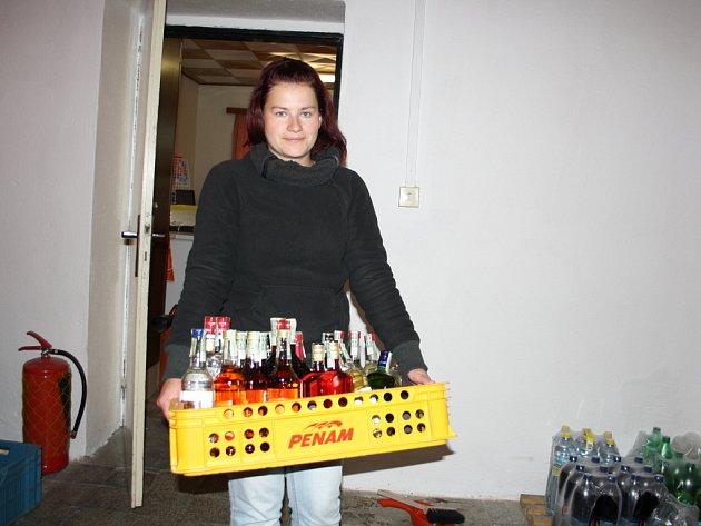 Prodavačka Štěpánka Slámová odnesla všechen tvrdý alkohol do skladu.