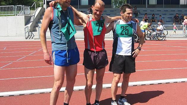 Na snímku je nejlepší písecký vytrvalec Jiří Jansa (uprostřed) po svém vítězství na letošním píseckém Běhu tolerance.