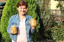 Včelařka Mirka Kubešová.