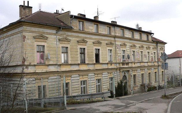 Značně zdevastovaný dům v písecké Svatoplukově ulici.