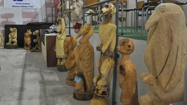 Scéna Písek. Snímek je z jedné z expozic na výstavě v areálu Jitexu v Písku a zachycuje plastky zvířat.