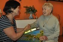 Nejstarší účastnice výstupu na Mehelník Marie Svobodová převzala dárky od Hany Tomanové z pořádajícího Klubu českých turistů Otava Písek.