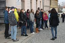Přes dvacet studentů se sešlo před školou.