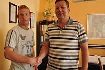 Nového zaměstnance firmy Jiřího Psohlavce (vlevo) vítá ekonomický náměstek Milan Švehla.
