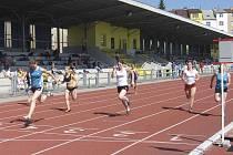Na snímku ze závodu v běhu na sto metrů vbíhá do cíle vítězná Kateřina Kašparová (Sokol Milevsko) před druhou v pořadí Veronikou Vostřákovou (TJ Chyšky).
