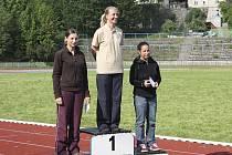 Na stupních vítězů jsou nejlepší závodnice kategorie žen. Zleva stojí: druhá v pořadíí Tereza Havelková z Písku, uprostřed vítězná Jana Brončková z Ostravy, vpravo je třetí Marie Svobodová z Jihlavy.