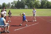Na snímku je milevská Eliška Reindlová, která vyhrála hod medicinbalem dívek v kategorii přípravek výkonem 9,66 m.