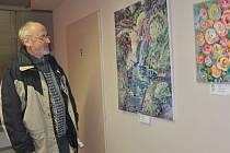 K zálibám ornitologa Karla Pecla  patří také výtvarné umění. Na snímku je na jedné z píseckých výstav.
