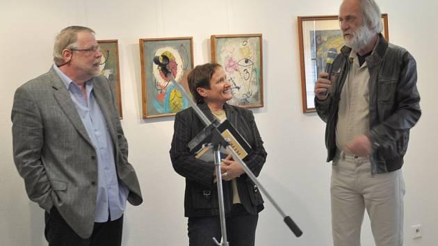 Snímek je z vernisáže loňské výstavy  píseckého malíře Františka Trávníčka (vlevo) v Prácheňském muzeu v Písku.