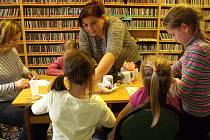 Dobrovolníci v knihovně.
