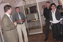 Na snímku z  páteční vernisáže jsou (zprava) Miroslava a Lubomír Krupkovi, ředitel muzea Jiří Prášek a kurátor výstavy Jan Adámek.