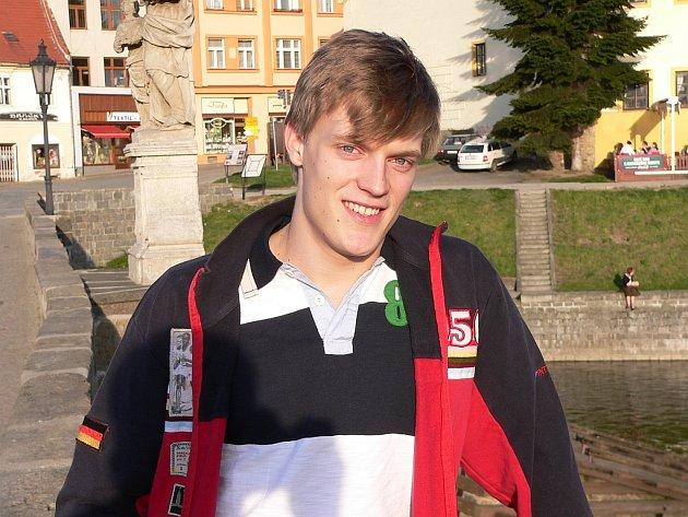 Krasobruslař Tomáš Verner na Kamenném mostě v rodném  Písku.
