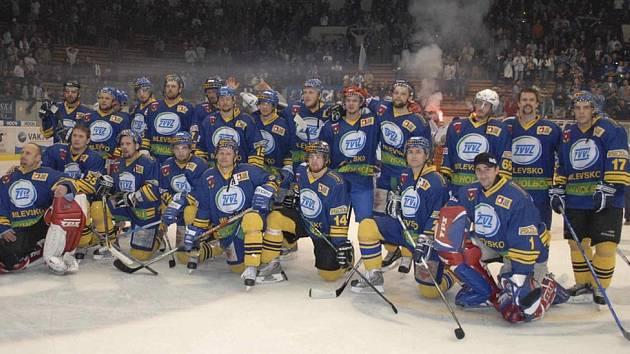 Ve svém posledním kvalifikačním utkání o 1. ligu prohráli hokejisté HC ZVVZ Milevsko s Táborem 4:5 a zůstali tak za branami možného postupu do vyšší soutěže. Na snímku jsou unavení milevští hokejisté po závěrečném střetnutí této sezony.