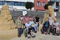 Senioři si prohlédli sochy z písku a navštívili cukrárnu.