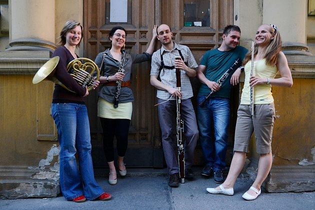 Členové  komorního souboru  Smetana Philharmonic Quintet, kteří se podílejí na uvedení školního představení Tři prasátka aneb Sladovna dětem