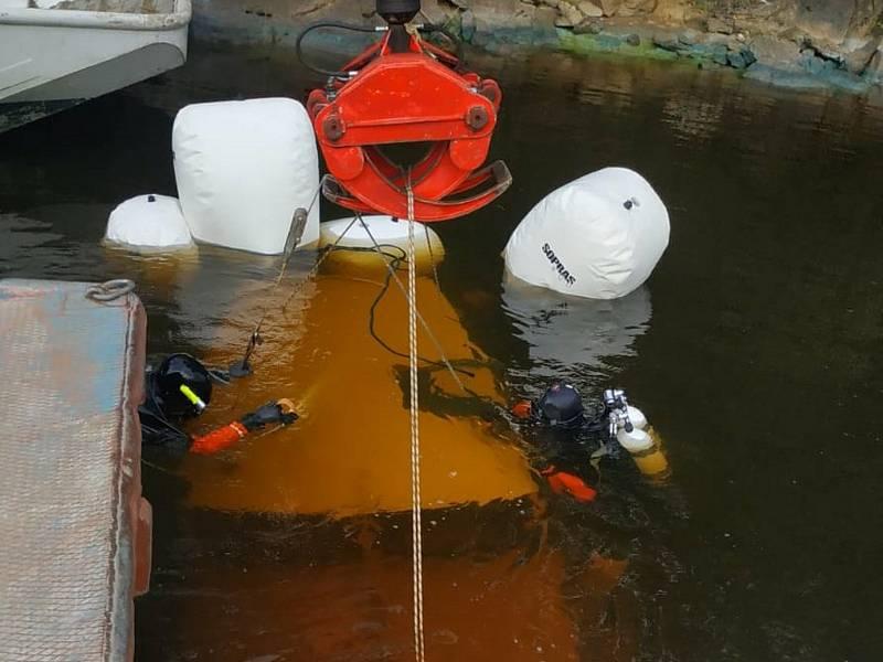 """Hasiči """"vylovili"""" loď, která se potopila v Orlické přehradě v katastru obce Jickovice."""