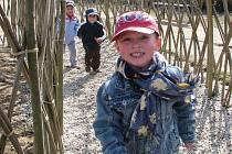 """Slunečné dopoledne strávily ve středu děti z 9. mateřské školy v Písku na proutěném hřišti na Jiráskově nábřeží. """"Nejvíce nás baví jezdit na klouzačce,"""" shodly se. Proutěné hřiště slouží školákům od prosince loňského roku."""