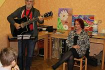 V mirovické knihovně ve středu vystoupili hudebník a básník Aleš Novák a výtvarnice a básnířka Jarmila Maršálová.