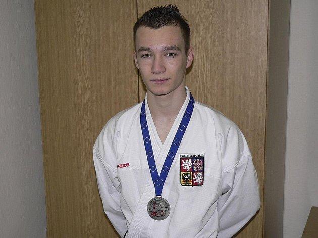 Na nedávném mistrovství ČR v Ústí nad Labem vybojoval Marek Pohanka v kata i v kumite první místo a tím i mistrovský titul.
