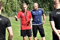 Trenér FC Písek Milan Nousek mladší vede trénink svých svěřenců.