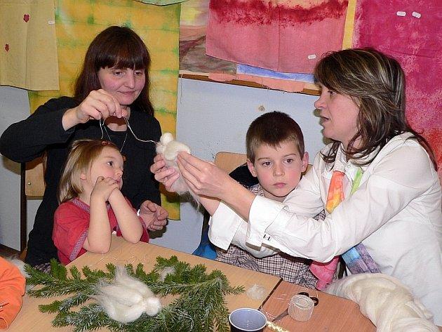 Letos se tu vyráběli lesní skřítci, svíčky z včelího vosku, ozdoby z hoblinek a (viz snímek) andělíčci z ovčí vlny.