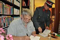 Autogramiáda spisovatele Ladislava Berana.