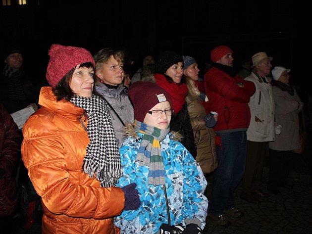 Česko zpívalo koledy i v Písku ve Sladovně.