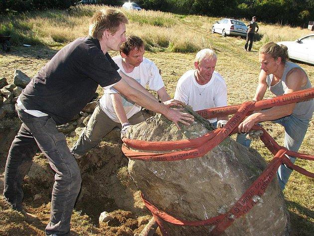 Stavění kamenného kruhu blízko Nemějic.