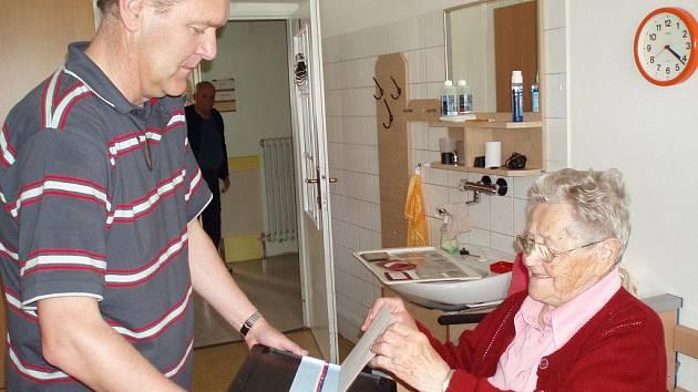 VOLILA. Svůj hlas hodila do urny i Anna Pichlíková (100 let), která žije v domově pro seniory střediska Diakonie ČCE v Písku.