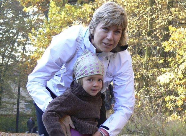 Kateřina Neumannová, mistryně světa a olympijská vítězka v běhu na lyžích, dorazila se svou dcerou Lucinkou na 83. ročník populárního lesního běhu Kolem Ameriky v Písku.