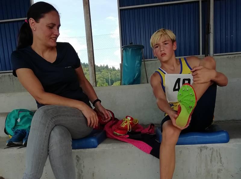 Po 1500 m se svou matkou Lucií Bouškovou.