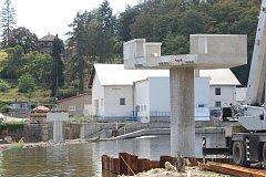 Lávka pro pěší a cyklisty přes řeku Otavu je ve výstavbě.