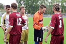 ZKUŠENÝ HRÁČ. Fotbalisté Písku  Aleš Červenka (č. 12) a Stanislav Legdan (č. 3) se před začátkem divizního utkání s Voticemi (2:2) zdraví s hráči soupeřova mužstva. Druhý zleva ve světlém dresu je bývalý sparťan Michal Horňák.