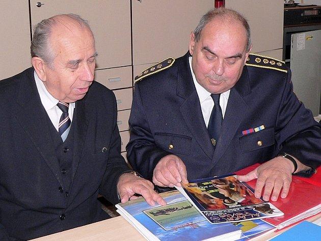 Na snímku je senátor Kalbáč  se starostou Okresního sdružení  hasičů v Písku Jiřím Novákem.