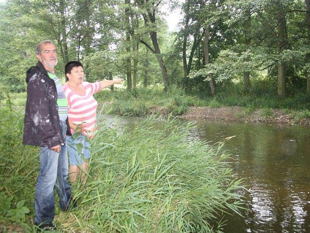 Starosta Myslína Josef Vaněček a Ludmila Klofová ukazují na hráz, kterou na řece Skalici vybudovali pracovníci Povodí Vltavy.