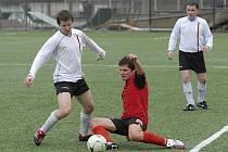 Domácí Šimák (vlevo) bojuje o míč s ležícím Brožem v nedělním utkání okresního fotbalového přeboru Písecka, ve kterém mužstvo FC ZVVZ C zvítězilo nad Chyškami 3:1.