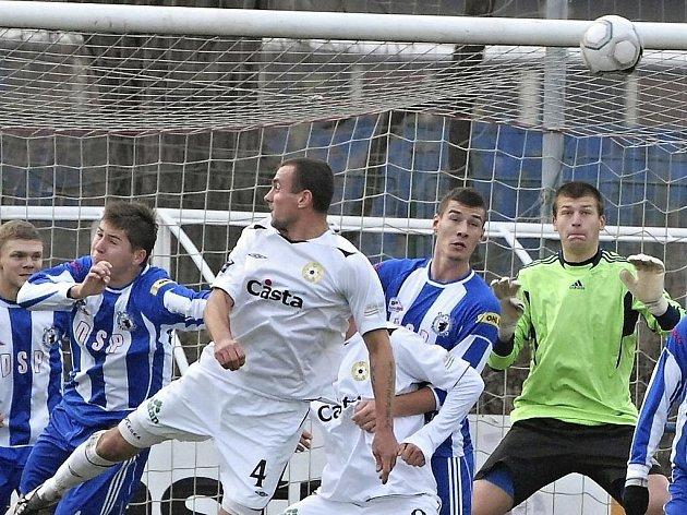 Písecký obránce Jan Pastyrik (č. 4) takto přehlavičkoval hostujícího Martina Mandouse (vlevo), ale brankář Dan Houdek (vpravo) tuto šanci zlikvidoval. V utkání minulého kola třetí fotbalové ligy remizoval Písek s Domažlicemi 1:1.