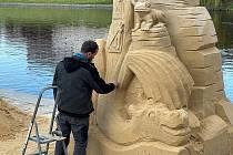 Umělci pracují na sochách denně, včetně víkendů.