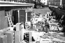 VELKÝ ÚKLID. Záplavy v srpnu 2002 napáchaly velké škody i na mnoha sportovních zařízeních v našem okrese. Náš snímek zachytil úklid a údržbu části evakuovaného zařízení na dvoře Plaveckého stadionu v Písku.