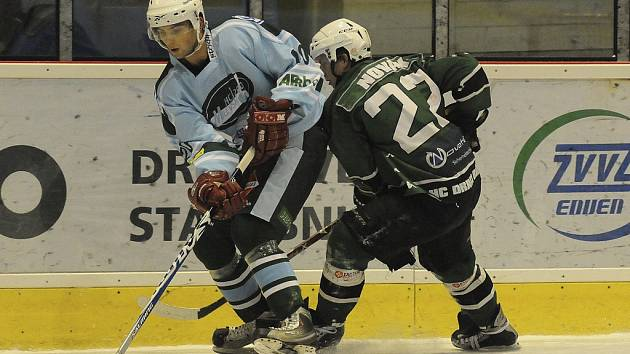 Hokejisté HC Milevsko 2010 zvítězili v přátelském utkání ve Strakonicích 6:2. Na snímku ze zápasu minulé sezony druhé ligy je v akci milevský Radosta (vlevo).