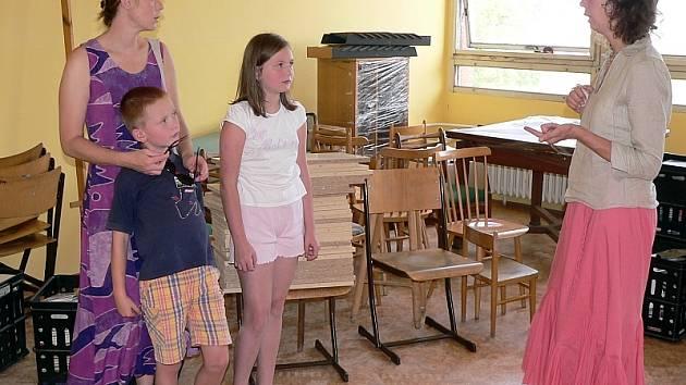 Ředitelka Ilona Šťastná (vpravo) a zástupkyně Magda Šimonková v půlce srpna při obhlížení jedné přestěhované třídy, ještě před konečnými úpravami.