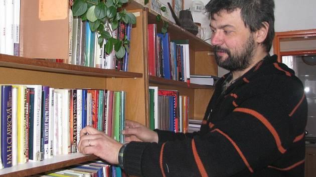 MEZI KNIHAMI. Pavel Zeman dělá branického knihovníka sedm let. Četba patří k jeho velkým zalibám.