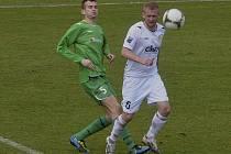 Michala Helda (vpravo) atakuje hostující Jiří Stehlík v minulém zápase III. ligy, ve kterém fotbalisté Písku porazili Karlovy Vary 1:0.