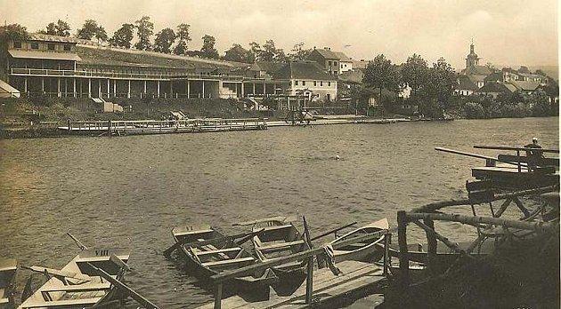 Letní plovárna U Václava v Písku otevřená v roce 1935.